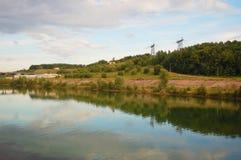 Elektrische Kontrolltürme auf Flussquerneigung Stockfoto