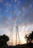 Elektrische Kontrolltürme auf großem Himmel Stockfotos