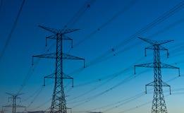 Elektrische Kontrolltürme (Elektrizitäts-Gondelstiele) an der Dämmerung Lizenzfreies Stockbild