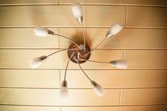 Elektrische kroonluchter van de zeven elementen van lampekappen en lampen stock afbeeldingen