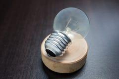 Elektrische lamp op de houten lamp op het hout Stock Afbeeldingen