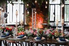 elektrische Lampe der Retro- Weinlese der Blumenanordnung Stockfotografie