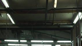 Elektrische Lampen mit einem kalten wei?en hellen Brand in der Altbau-Schmiede stock video footage