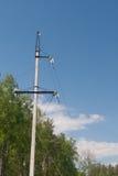 Elektrische leiding met hoog voltage tegen de donkerblauwe hemel Stock Fotografie