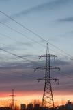 Elektrische leiding met hoog voltage tegen de donkerblauwe hemel Royalty-vrije Stock Afbeelding