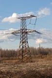 Elektrische leiding met hoog voltage tegen de donkerblauwe hemel Stock Foto