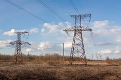 Elektrische leiding met hoog voltage tegen de donkerblauwe hemel Royalty-vrije Stock Fotografie
