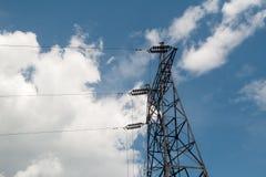 Elektrische leiding met hoog voltage tegen de donkerblauwe hemel Stock Foto's