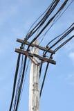 Elektrische Leitung auf Pol Lizenzfreies Stockfoto