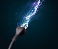 Elektrische Leitung mit glühendem Stromblitz Lizenzfreies Stockfoto