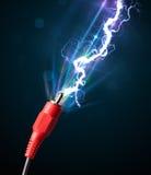 Elektrische Leitung mit glühendem Stromblitz Lizenzfreie Stockfotos