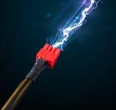Elektrische Leitung mit glühendem Stromblitz Stockfoto