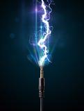 Elektrische Leitung mit glühendem Stromblitz Stockbild