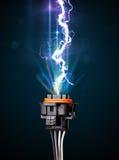 Elektrische Leitung mit glühendem Stromblitz Stockfotografie