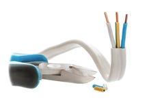 elektrische Leitung und Drahtzangen des Drei-Drahtes Lizenzfreies Stockfoto