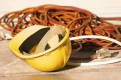 Elektrische Leitungen des harten Hutes stockfotos