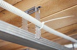 Elektrische Leitungen in einer verschobenen Decke Lizenzfreies Stockfoto