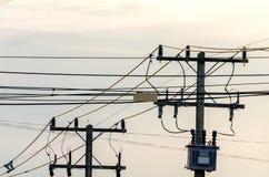 Elektrische lijn, Energie en technologie: elektropost door de weg met de kabels van de machtslijn royalty-vrije stock fotografie
