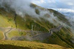 Elektrische lijn op de weg van Lagere aan Hogere Svaneti, Georgië Stock Fotografie