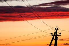 Elektrische lijn tegen kleurrijke hemel bij zonsondergang Royalty-vrije Stock Fotografie