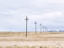 Elektrische lijntrog een weide, IJsland Royalty-vrije Stock Foto