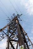Elektrische Linie und blauer Himmel mit Wolken Lizenzfreies Stockfoto