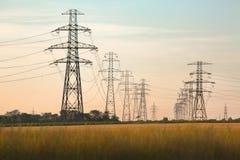 Elektrische Linien auf Land Stockfoto