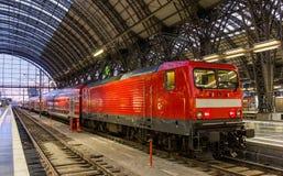 Elektrische locomotief met regionale trein in Frankfurt Royalty-vrije Stock Afbeeldingen