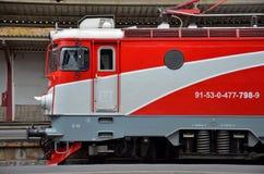 Elektrische Lokomotive der roten rumänischen Eisenbahnen parkte an Bucharest-Bahnstation stockfotografie