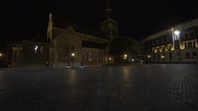 Elektrische Longboard-Fahrt in der Nachtstadt mit geführt und Motoren stock footage
