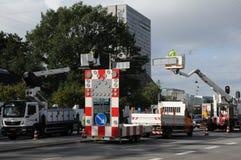 ELEKTRISCHE MÄNNER, DIE AN RAOD-ZEICHEN ARBEITEN stockfoto