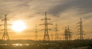 Elektrische Masten mit den Kabeln, die in den Abstand einsteigen lizenzfreie stockbilder
