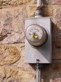 Elektrische meter door een steenmuur Stock Foto