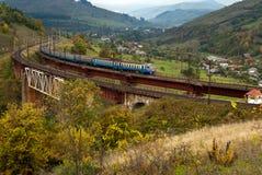 Elektrische motoreenheid op de brug in de bergen Royalty-vrije Stock Foto's