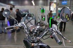 Elektrische Motorradlenk-Nahaufnahme auf Einsteck-Ukraine Ausstellung 2017 Kiews Stockbild