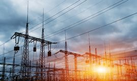 Elektrische Nebenstelle der Verteilung mit Stromleitungen und Transformatoren stockfotografie