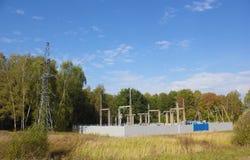 Elektrische Nebenstelle und Linie Unterstützung im Wald Stockfotografie
