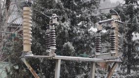 Elektrische Nebenstelle während Schneefälle am Wintertag stock footage