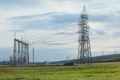 Elektrische Pfosten auf einem Gebiet Stockbilder