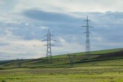 Elektrische Pfosten auf einem Gebiet Lizenzfreies Stockfoto