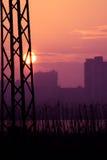 Elektrische Pfostenschattenbilder in rotem purpurrotem bewölktem Stockfotos