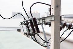 Elektrische PfostenStromleitungen und Dr?hte stockfotos
