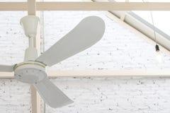Elektrische plafondventilator op witte ruimte stock afbeelding