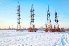 Elektrische polen met hoog voltage stock fotografie
