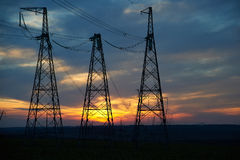 Elektrische powerlines over zonsopgang Royalty-vrije Stock Foto's