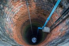 Elektrische Pumpe im Grundwasser gut mit Wasser in der Unterseite Stockfoto
