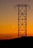 Elektrische Pylonen bij zonsondergang in de woestijn Mojave Stock Afbeeldingen