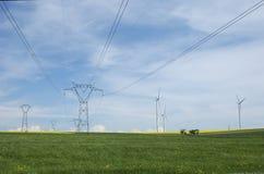 Elektrische pylonen dicht bij windturbines Royalty-vrije Stock Foto's