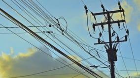 Elektrische pyloon en tijdtijdspannewolken stock footage