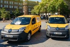 Elektrische Renault La Poste-bestelwagens op zijn plaats Kleber Stock Foto